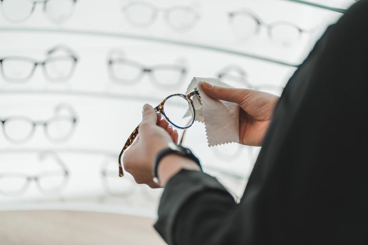 Cómo limpiar las gafas: usa un paño de microfibra