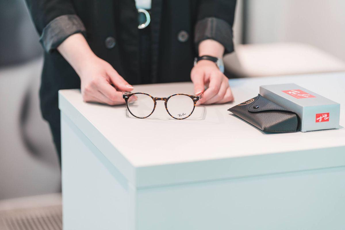 Cum să aveți grijă de ochelari: folosiți ambele mâini